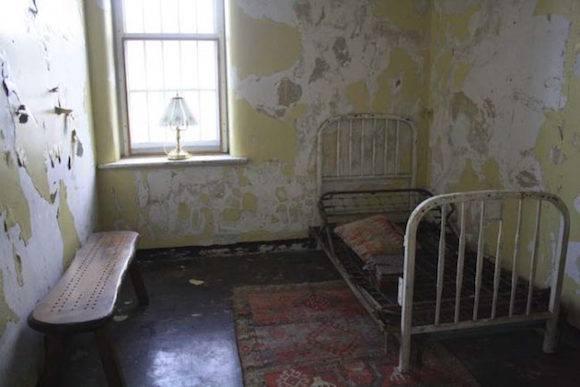 昔の精神病治療に使われていた椅...