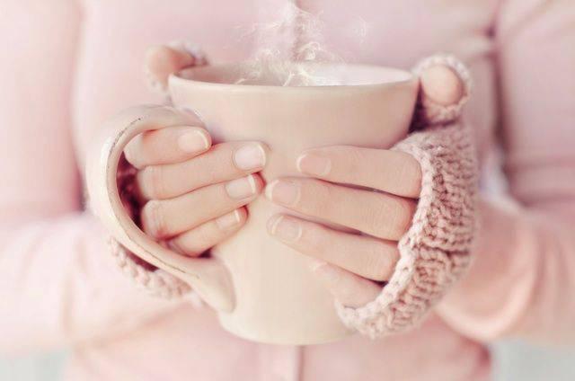 マグカップを持った女性