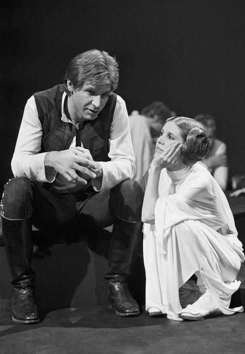 体験を綴った著書を大ヒットさせ、映画や舞台での演技でも人気だったキャリー・フィッシャーさんが飛行機搭乗中に重体となり、12月27日、亡くなった。60歳だった。
