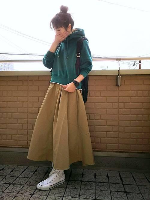 1515371f8e1f タイトスカートにファー付きダウンジャケットの組み合わせが、上品カジュアルな着こなしを演出。シンプルな黒リュックはコーディネートにアクティブな印象をプラスして  ...