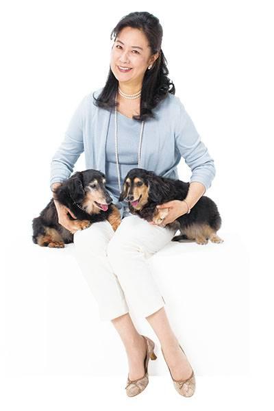 二匹の可愛い犬を両手に抱いて幸せそうな名取裕子