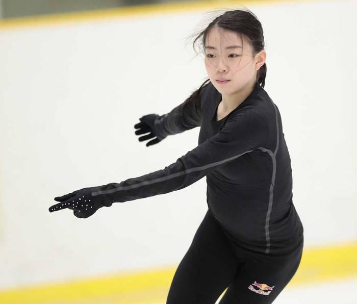 フィギュアスケートの関大勢が7日、大阪府高槻市のたかつきアイスアリーナで練習を公開し、シニアデビューを控える紀平梨花(16=関大KFSC)が3回転